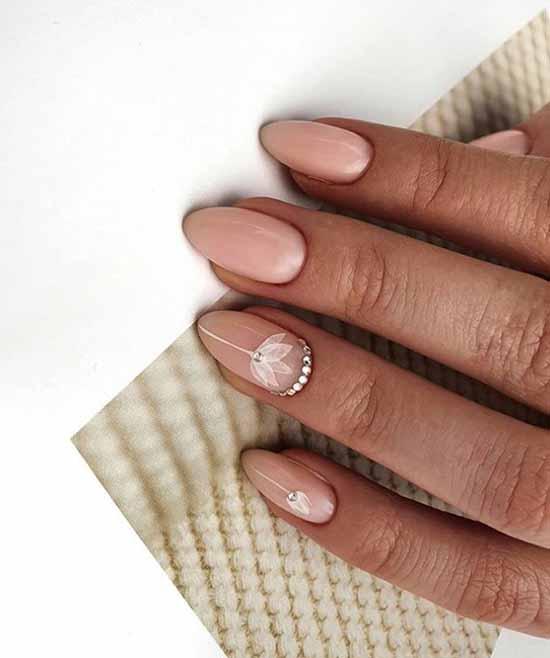 Нежный дизайн ногтей со стразами