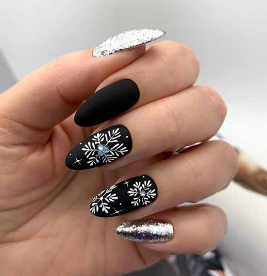 Новогодний черный маникюр на длинные ногти