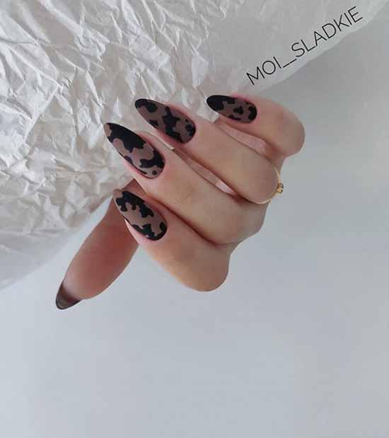 Длинные черные ноготки с принтом
