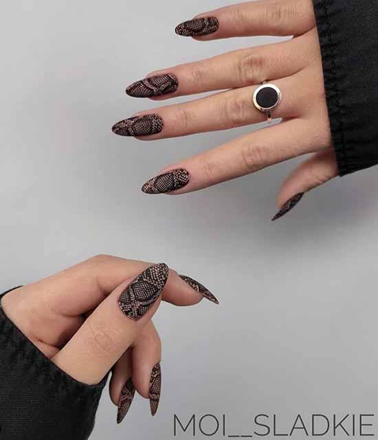 Стемпинг на длинных черных ногтях