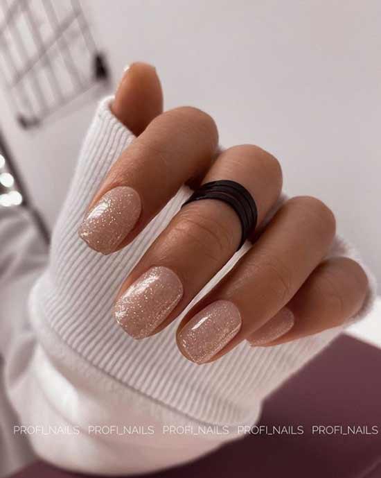 Бежевые короткие ногти с блестками