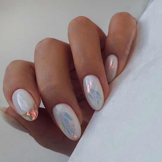 Битое стекло на молочных ногтях