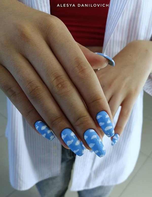 Голубой маникюр с белыми облаками