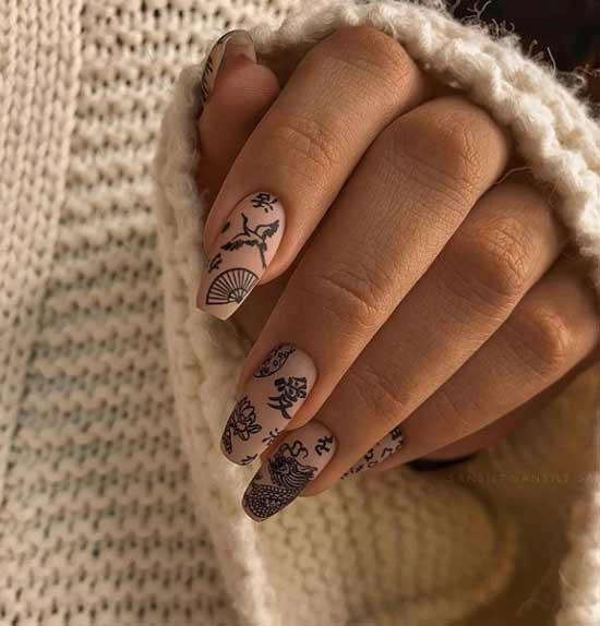 Бежевые матовые ногти с дизайном