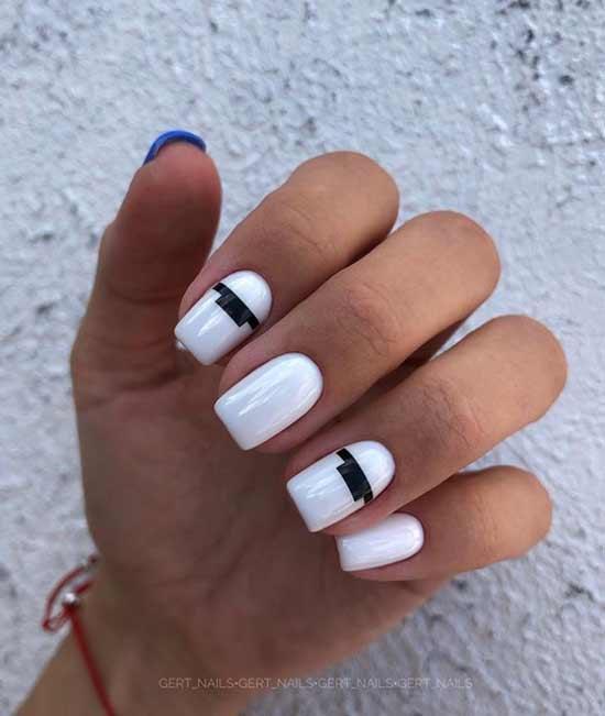 Белый с дизайном черными полосками