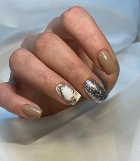 Бежевый лак для ногтей и дизайн блестками