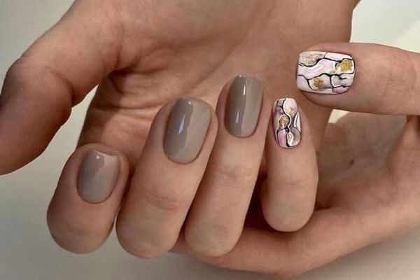 Бежевые ногти с дизайном блестками фото-идеи