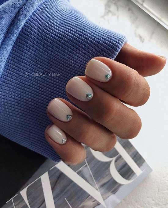 Стильный с декором дизайн ногтей
