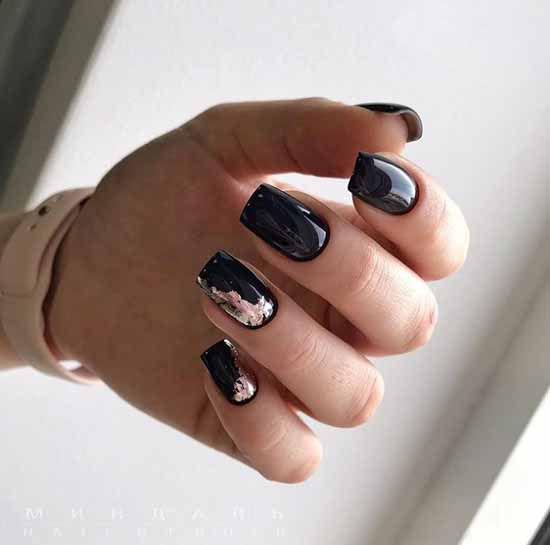 Розовая фольга на черных ногтях