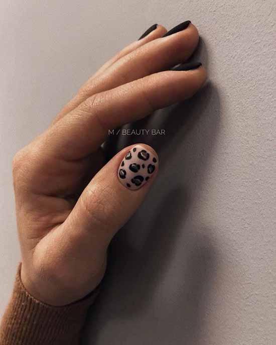 Черный принт леопард с фольгой на ногтях