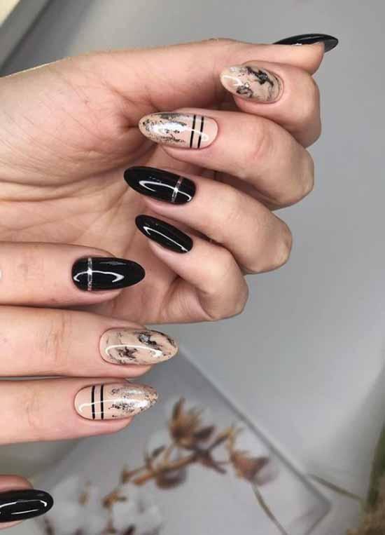 Фольгированные полоски на черных ногтях