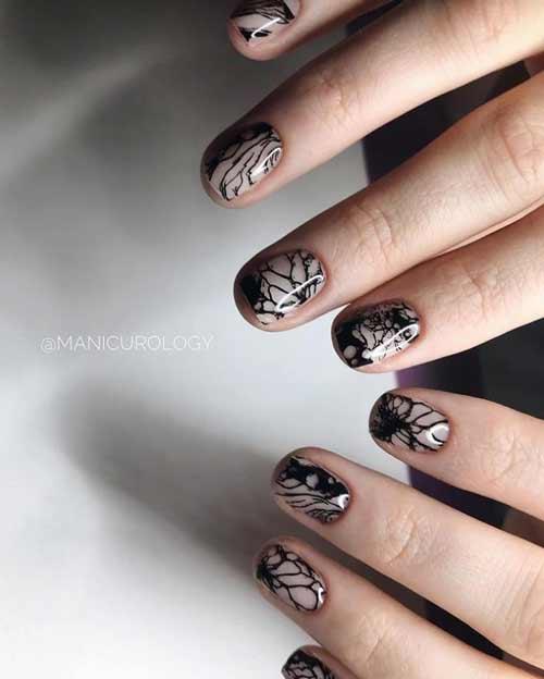 Черный модный узор на ногтях