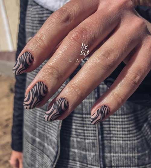 Черный звериный принт на ногтях
