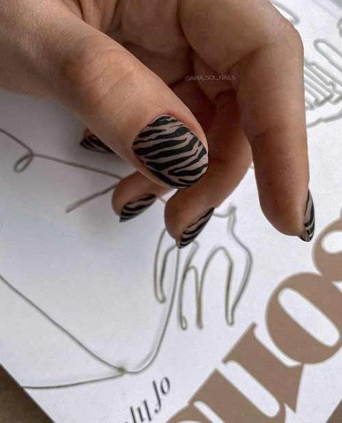 Короткие ногти с хищным черным принтом