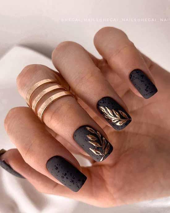 Черные ногти с растительным принтом