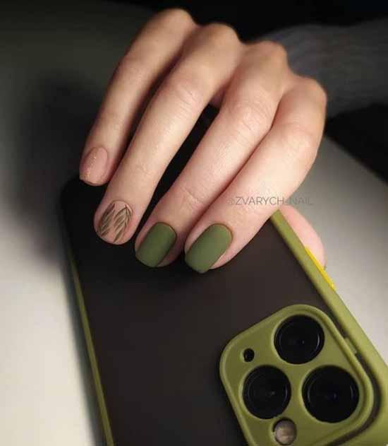 Короткие темно-зеленые ногти с дизайном