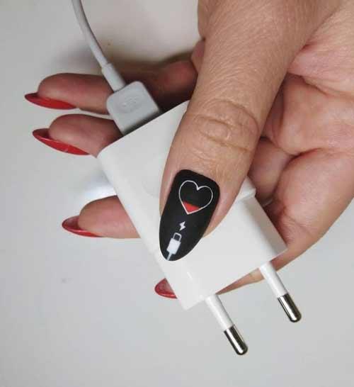 Матовый маникюр с черным сердечком