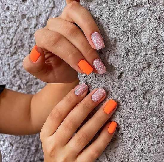 Оранжевый с белым маникюр