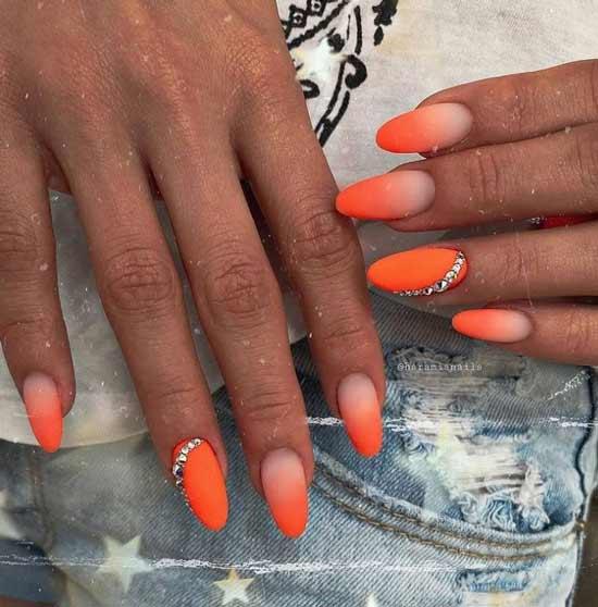 Оранжевый градиент на ногтях