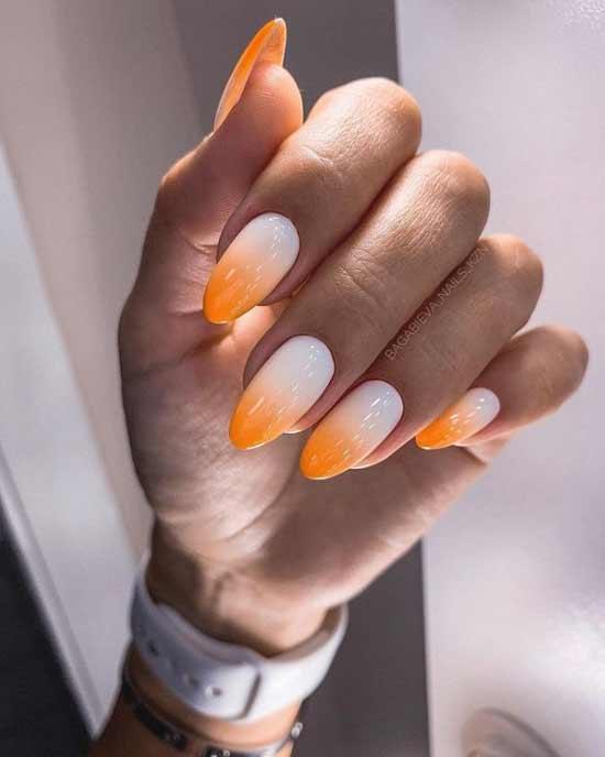 Оранжево-молочный маникюр