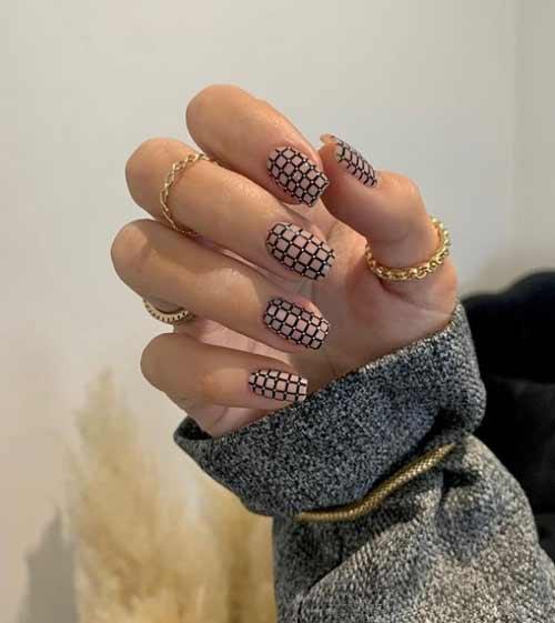 Модная черно-белая клетка на ногтях