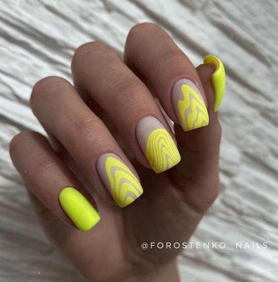 Желтый с абстракцией маникюр