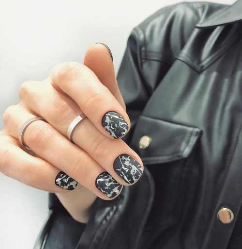 Черный мрамор на коротких ногтях