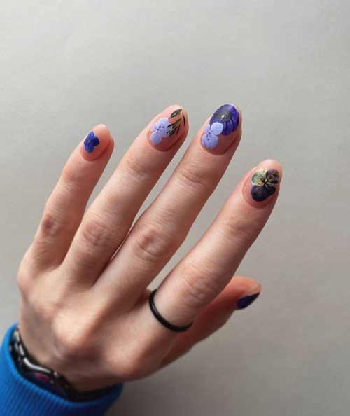 Сиреневые цветочки на ногтях
