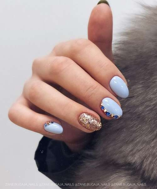 Маленькие ногти в голубом цвете