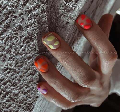 Яркие пятна на прозрачном фоне ногтей