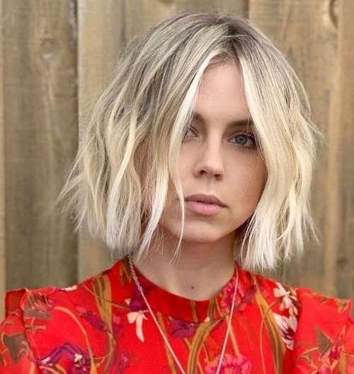 Модная средняя стрижка прямые волосы