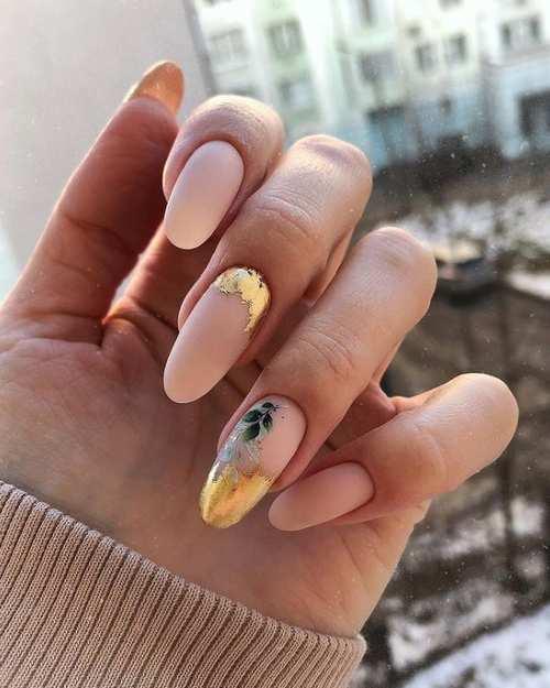 Длинные нюдовые ногти