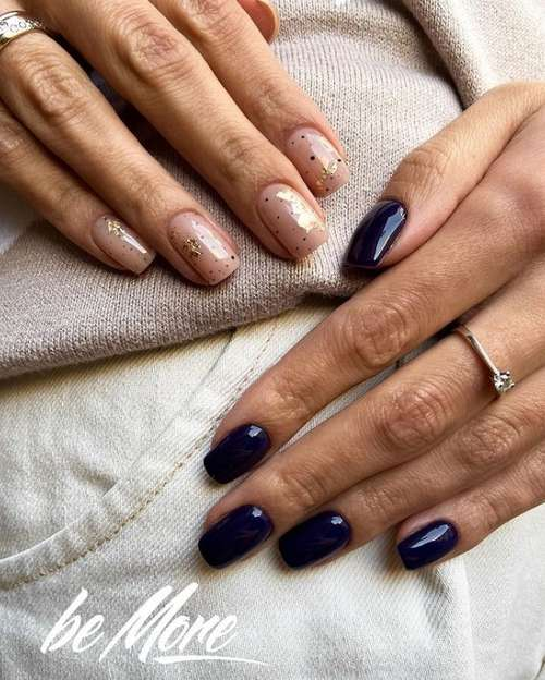 Синий с бежевым маникюр разные руки