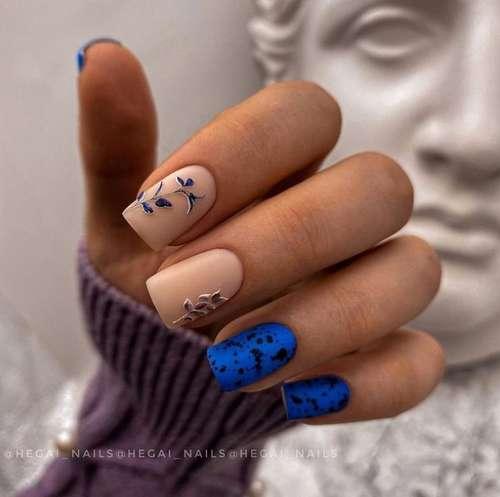 Синий с бежевым маникюр