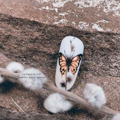 Рисунок бабочки на ногтях
