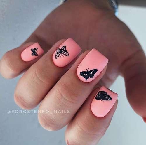 Розовый маникюр с бабочкой