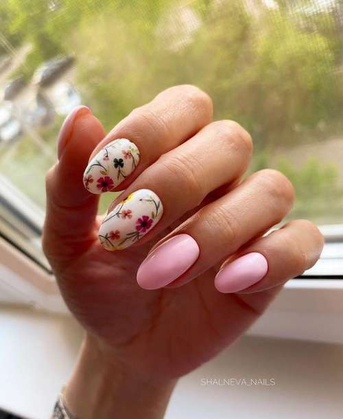 Маникюр в розовых тонах с цветочным принтом