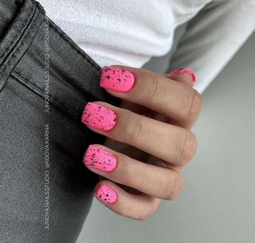 Ярко-розовый с перепелиным принтом маникюр