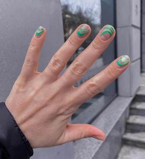 Короткие ногти с нежным дизайном