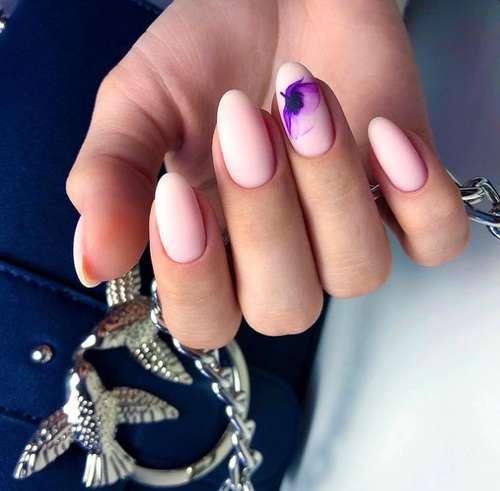 Сиреневый с цветочком дизайн ногтей