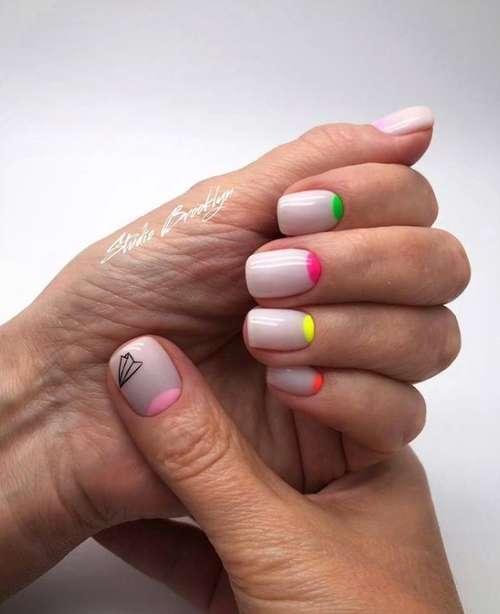 Лунный маникюр цветной короткие ногти