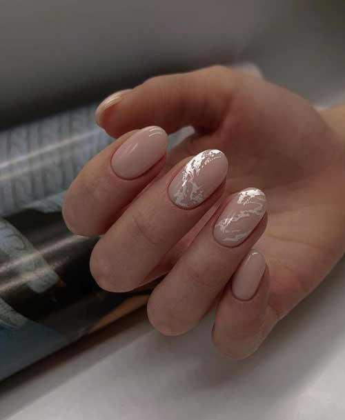 Серебристые разводы на ногтях