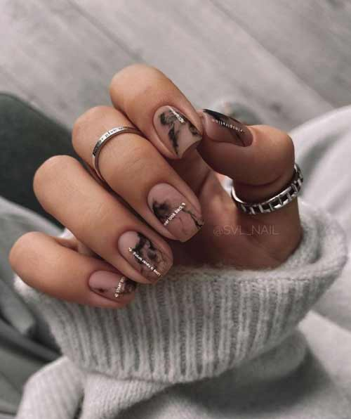Короткие ногти с разводами