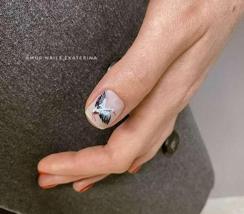 Рисунок птица на одном ногте