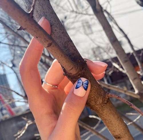 Бабочка на одном ногте