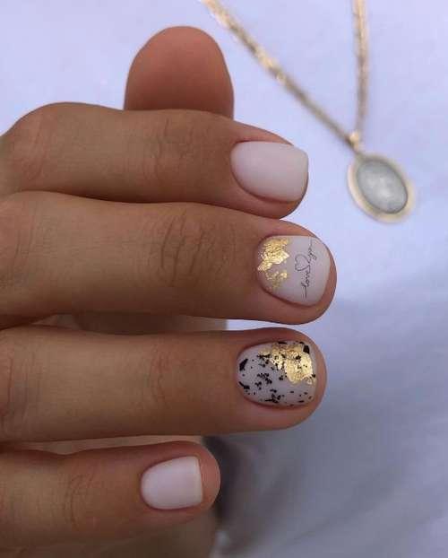 Молочного цвета очень короткие ногти дизайн