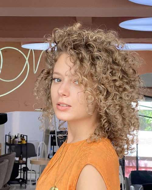 Стрижки для девушек с кудрявыми волосами