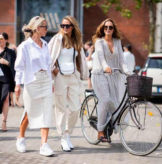 Белая джинсовая юбка с разрезом с чем носить