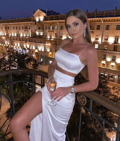 Белая шелковая юбка с разрезом