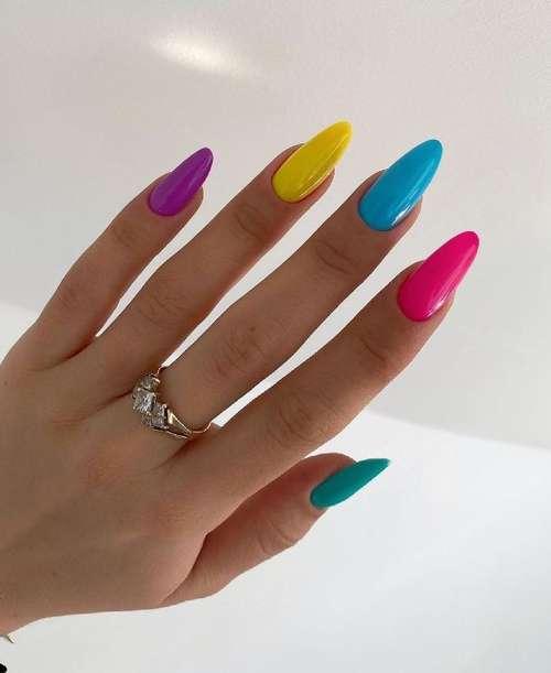 Бирюзовый разноцветный маникюр